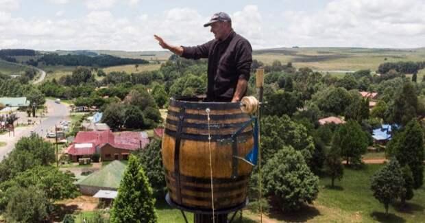 Диоген XXI века: почему дайвер из ЮАР живет в бочке на столбе