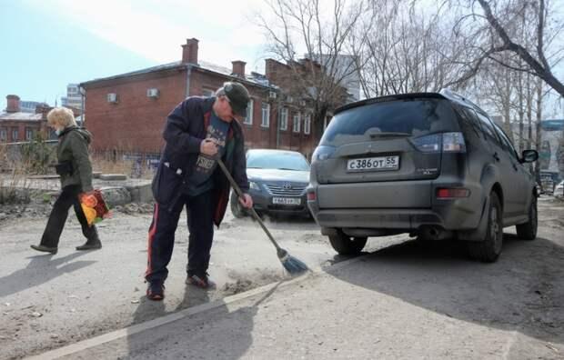 Субботник наколясках. Как омским инвалидам пришлось самим чистить тротуары