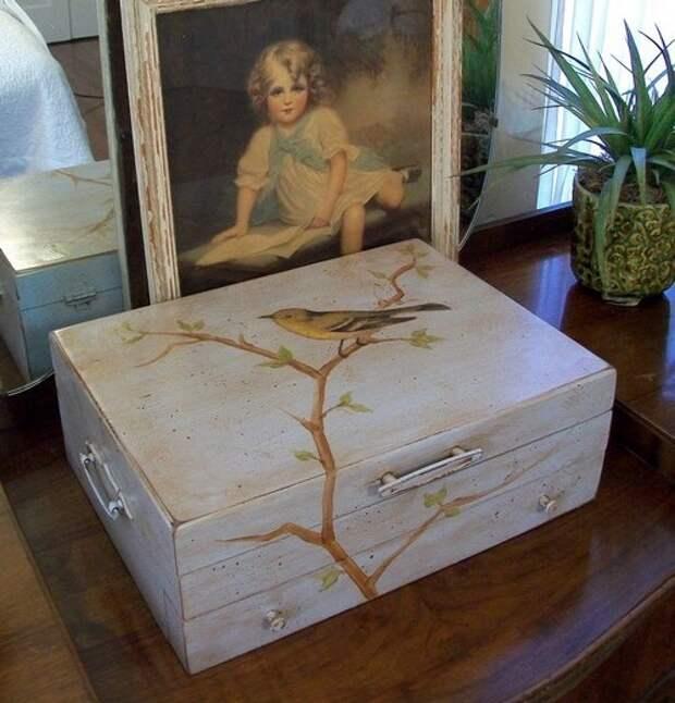 Декор старого чемодана: роспись или декупаж