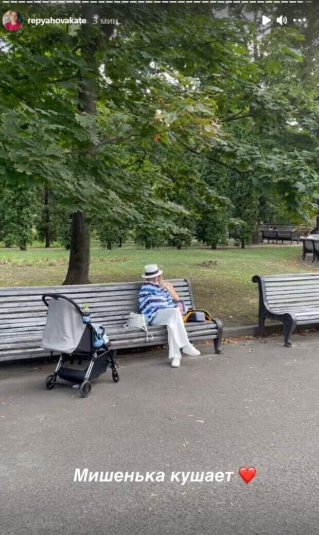 """Молодая жена Павлика показала, как посреди парка кормит новорожденного сына: """"Уже и салфетки заканчиваются"""""""