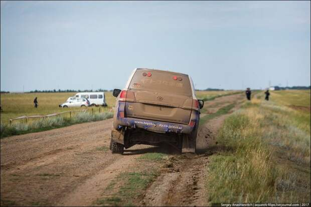 Вот так выглядели последние метры пути машины Акиры. land cruiser, toyota, авто, автоспорт, гонка, прокол, ралли, шелковый путь