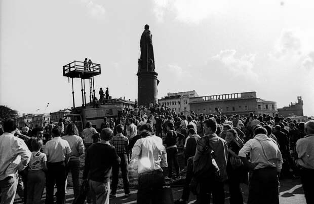 """""""Хунте хана !"""": Как счастливые россияне убивали Советский Союз и сносили памятник Дзержинскому"""