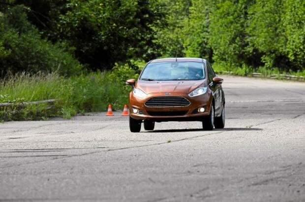 Fiesta оказалась самой шустрой на круге – средняя скорость 184 км/ч. Но ей пришлось чаще заезжать на дозаправку: расход – 18 л/100 км.