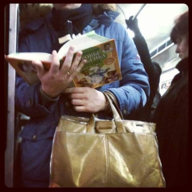 Меня радует когда мужчины что-то читают о детях!) книги, метро, чтение
