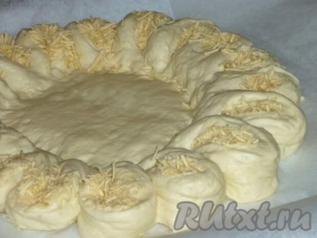 Каждый кусочек разворачиваем на 90 градусов, чтобы сыр оказался сверху.