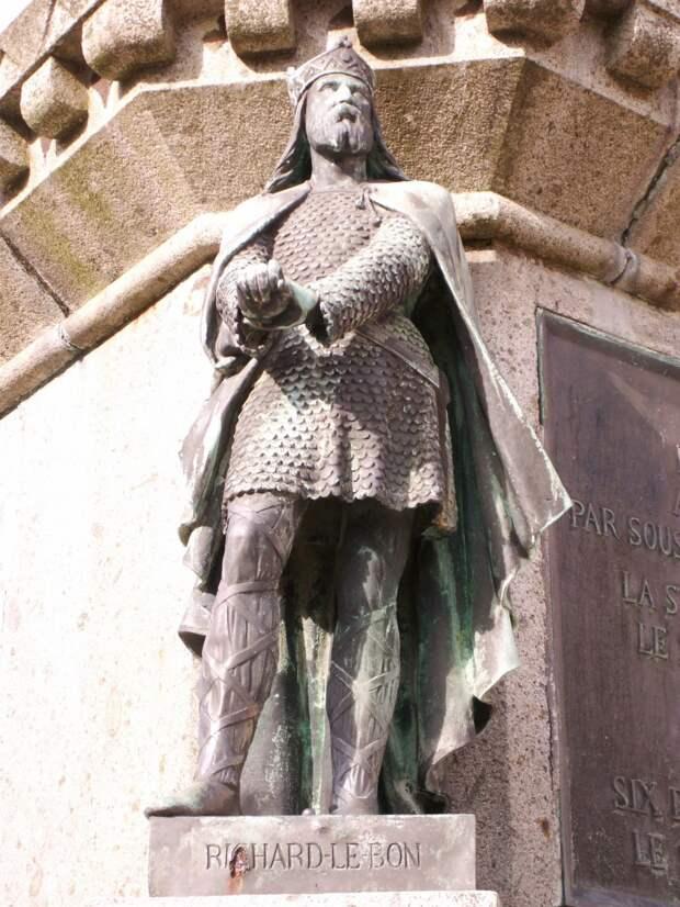 Ричард Добрый, герцог Нормандский. Одна из статуй памятника 6 герцогам Нормандии в сквере в Фалезе.