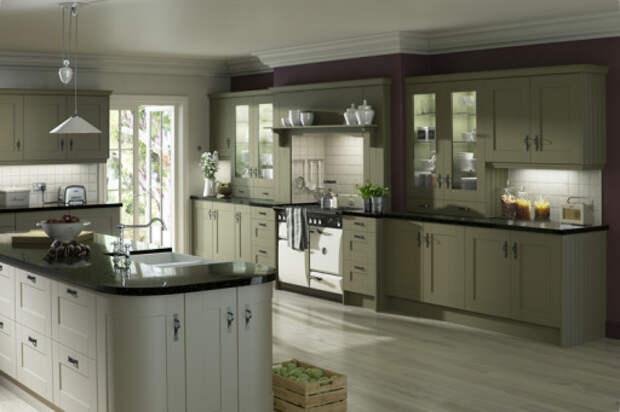 На серо-оливковой кухне хорошо бы смотрелись яркие шторы