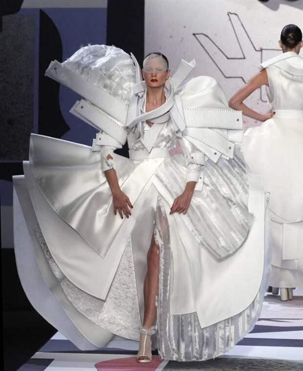 Интересно посмотреть, как невесту в таком платье в свадебную машину поместят мода, платья, прикол, свадьба