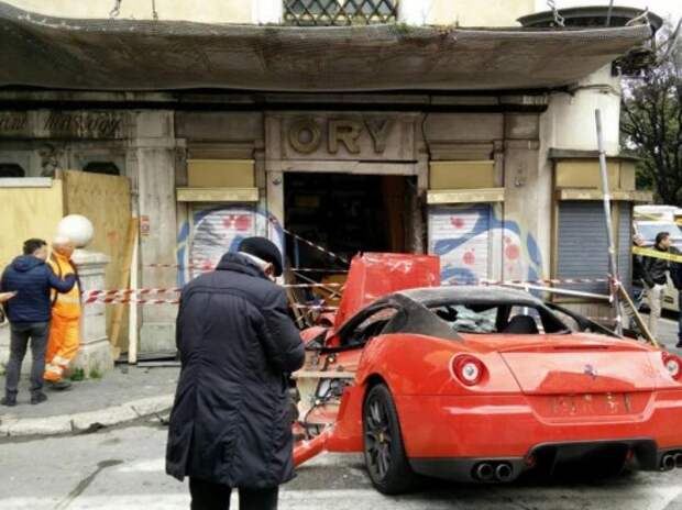 В Италии парковщик въехал в стену на Ferrari за полмиллиона долларов