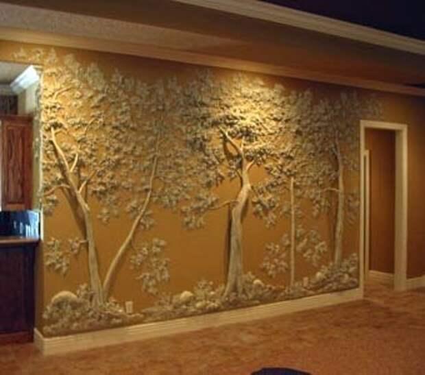 Сочетание окрашенных стен и белого декор из гипса