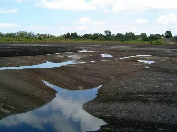 Питч-Лейк, Тринидад. Питч-Лейк — битумное озеро или, по‑простому, смоляная яма, крупнейший источник природного асфальта в мире. Поверхность озера местами настолько плотная, что по ней можно ходить, хотя это строго не рекомендуется — именно таким образом в смолу попадали древние животные вроде гигантских ленивцев. Их кости вытаскивают из битума и по сей день.