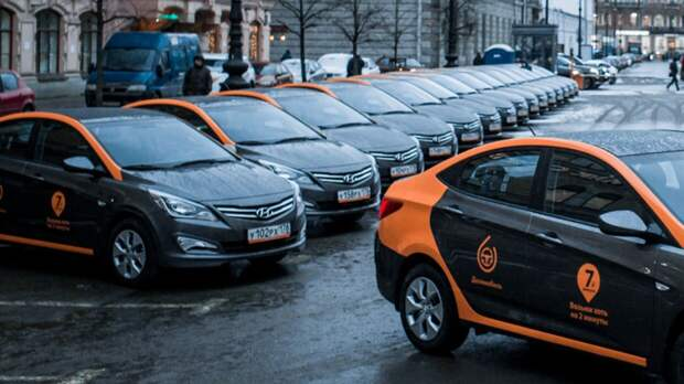 Москвич на каршеринге сбил двух пешеходов и протаранил несколько машин