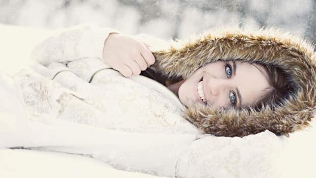 Девушка лежит в снегу