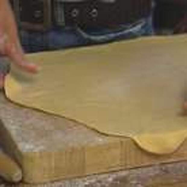 Присыпать рабочую поверхность мукой и раскатать тесто как можно тоньше.