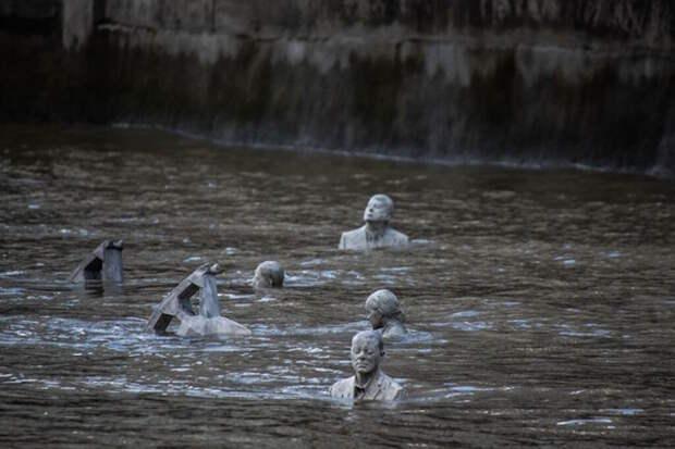 Застывшие всадники апокалипсиса появляются из вод Темзы дважды в день