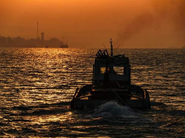 Поврежденный танкер отбуксировали на якорную стоянку в Азовском море