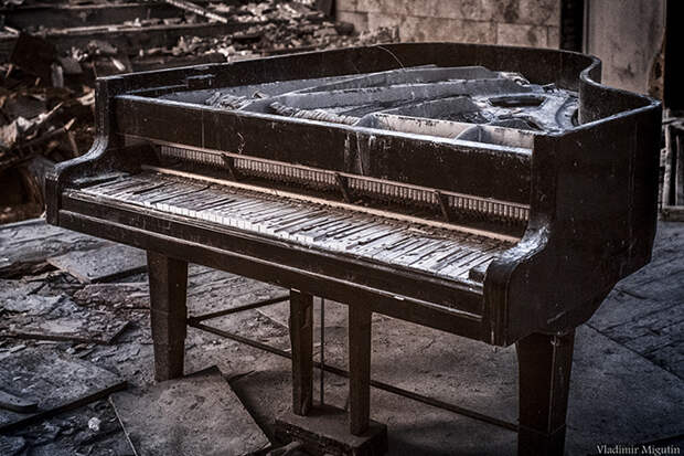 Постепенно сгнивающий рояль в концертном зале Припяти. Фото: Vladimir Migutin.