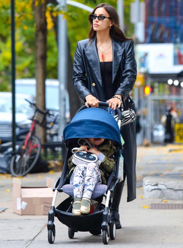 Рокерша и кокетка: Ирина Шейк и ее дочь Лея представили контрастные образы на прогулке в Нью-Йорке
