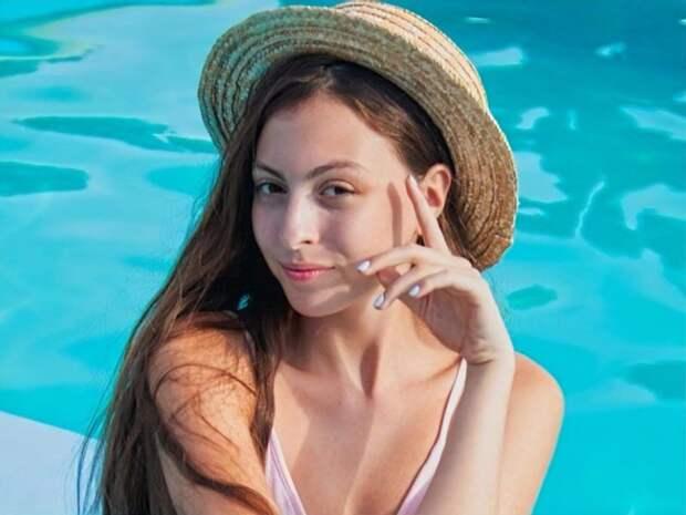 Смелыми фото всполошила сеть 16-летняя дочь Оли Поляковой