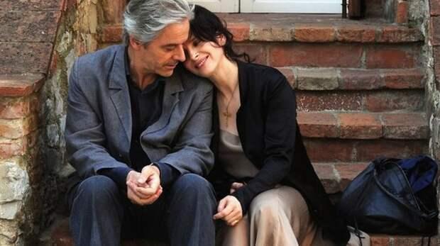 А он все так же крепко держит ее за руку — а вдруг она исчезнет... История любви