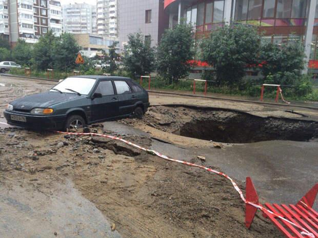 Даже плохая погода не мешала жителям Екатеринбурга наслаждаться этим потрясающим стритартом. 3д рисунки, дороги, приколы