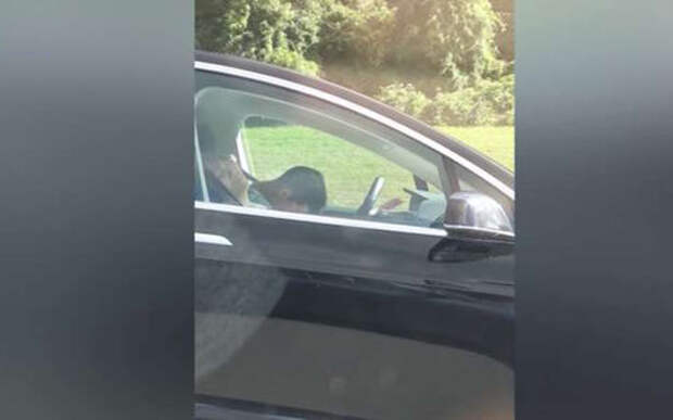 Водитель Tesla cпит за рулем — розыгрыш или взаправду?