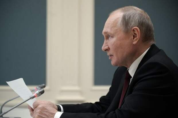 Путин заявил Макрону об абсурдности обвинений Чехии