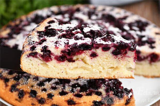 Для меня это лучшее жидкое тесто для пирогов к чаю. Отлично пропекается с любой начинкой. Пирог с ягодами