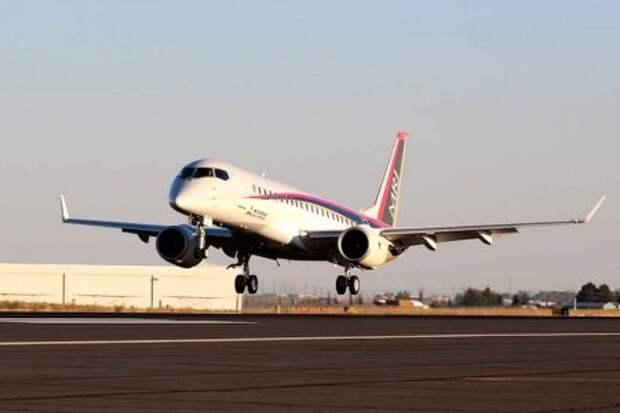 Mitsubishi MRJ90 прибывает на аэродром округа Грант в Мозес-Лейк