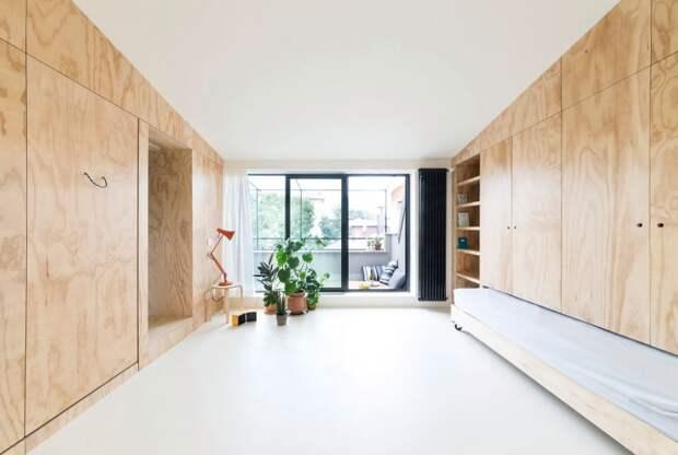 Светлое дерево и бирюзовый в интерьере квартиры