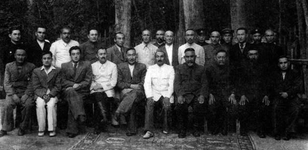 Руководство Восточно-Туркестанской Революционной республики. Кульджа 1945 год. Фото взято из открытых источников