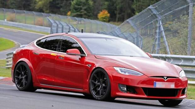 Новейшая Tesla Model S Plaid едва не сожгла своего владельца