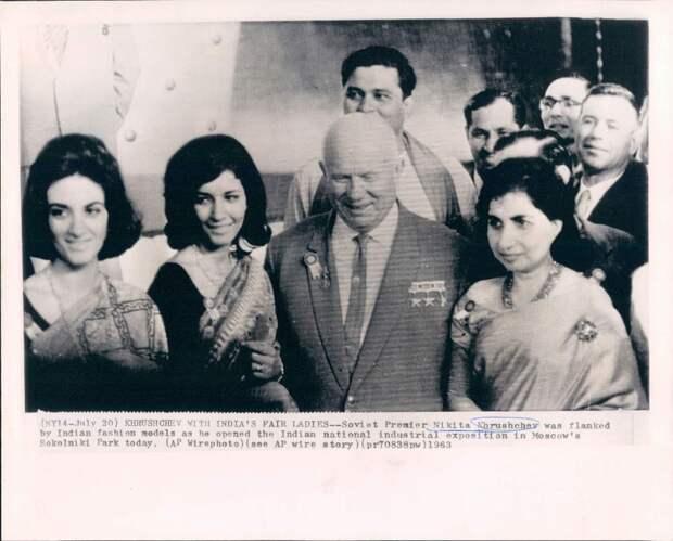 1963. Москва. Никита Хрущев с индийскими моделями