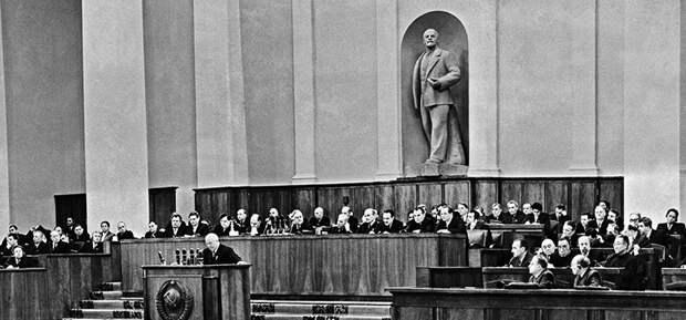 На фото: первый секретарь ЦК КПСС Никита Сергеевич Хрущев во время выступления на ХХ съезде Коммунистической партии Советского Союза в Кремле, 1956 год.