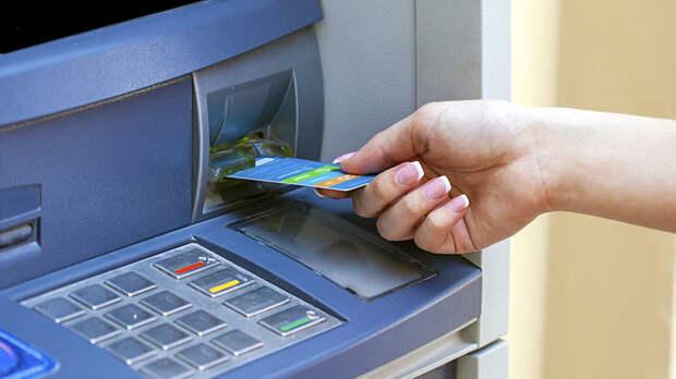 Не трогайте руками забытые карты: На что рассчитывают мошенники у банкоматов