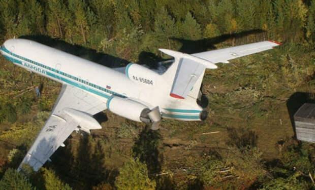 Мужчина каждый день чистил взлетную полосу брошенного аэропорта: через 12 лет полоса спасла самолет