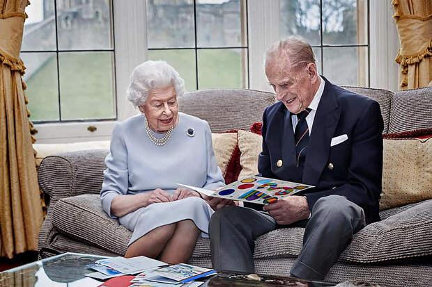 Правнуки подарили королеве Елизавете Второй открытку на 73-летие со дня свадьбы