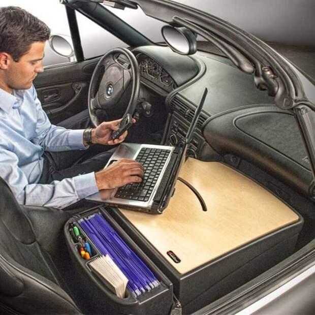 Мобильный стол позволяет плодотворно работать на остановках в пути. /Фото: wickedgadgetry.com