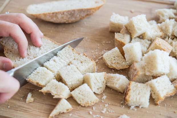 Основа блюда - хлеб, который необходимо нарезать небольшими кубиками / Фото: elektro.guru