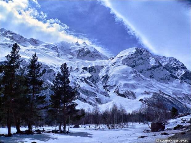 Баксанское ущелье сосны облака горы снег