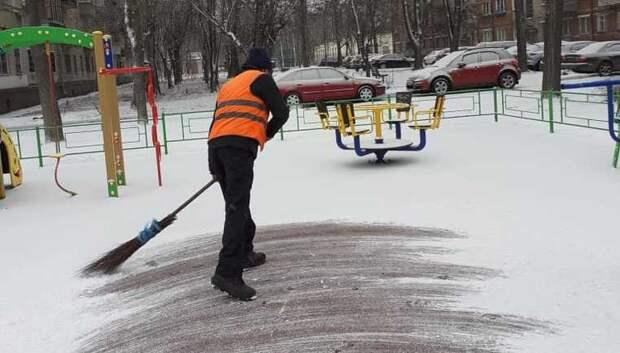 Более 13,5 тыс дворников убирали снег в Подмосковье