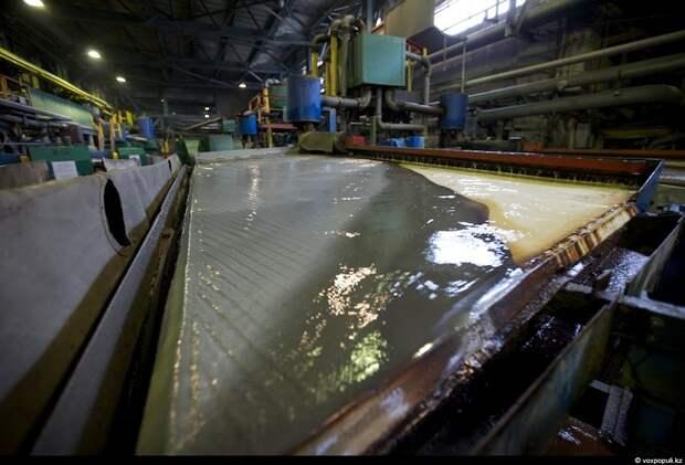 Далее, после ряда технологических операций, измельченная руда попадает на гравитационный стол, где золотые частички уже...