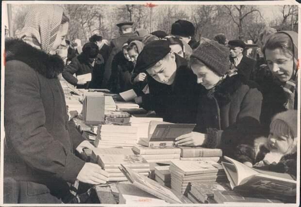 1957. Москва. Горожане на книжном развале