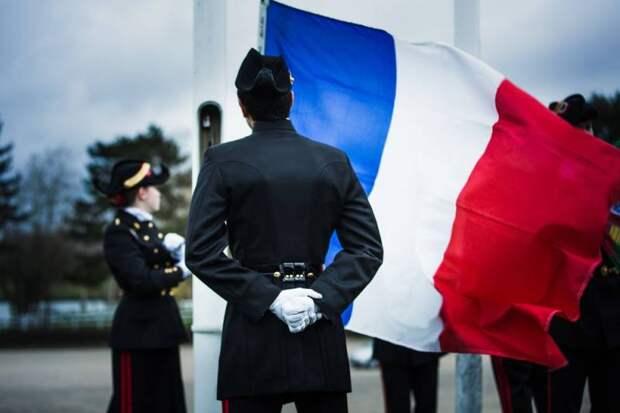 «Франция на грани распада»: генералитет выступил против политики Макрона