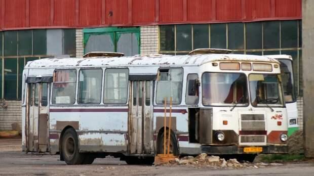 Усталый 677-й в парке. Трудно понять — жив, или уже нет… Арзамас, ЛиАЗ 677, автобус, автомир, лиаз, общественный транспорт, ретро техника