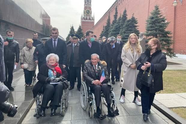 Ветераны из России, США и Франции прошли по Красной площади
