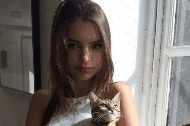 Эмили Ратаковски вышла в свет в прозрачном пальто и вызвала бурю комментариев