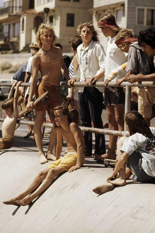 12 атмосферных фото скейтеров из 70-х, которые отрабатывали трюки в пустых бассейнах
