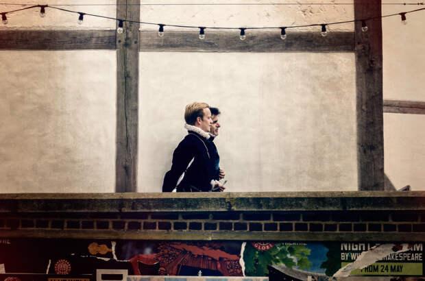 Два актера в шекспировском театре The Globe в Лондоне