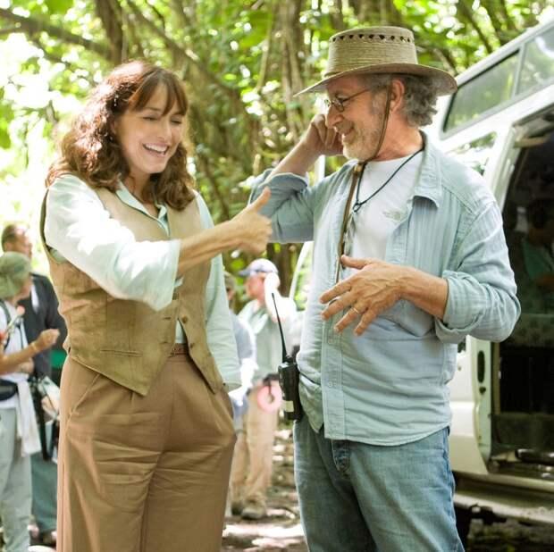 Карен Аллен и Стивен Спилберг во время съёмок фильма «Индиана Джонс и Королевство хрустального черепа». Фото